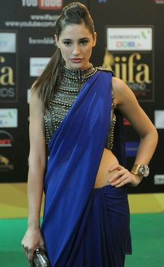 Bollywood Actresses in Saree.Standing tall at 5 feet 9 inches, she looks absolutely marvelous in sarees. Bollywood Hairstyles, Saree Hairstyles, Indian Hairstyles, Medium Hairstyles, Ponytail Hairstyles, Indian Celebrities, Bollywood Celebrities, Bollywood Actress, Mode Bollywood