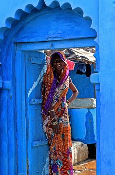 Indian Lady stand in the Door away Jaipur the Blue City Beautiful World, Beautiful People, Beautiful Pictures, We Are The World, People Of The World, Mother India, Bleu Indigo, Amazing India, Indian Colours