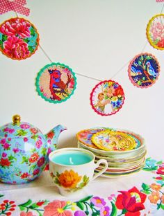 July 13th: DIY-tutorial for making a happy paper circle garland, made from old postcards. Nice!