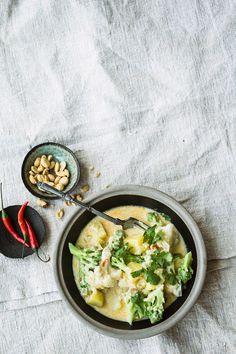 Blumenkohlcurry mit Kartoffeln und Romanesco | Zeit: 30 Min. | http://eatsmarter.de/rezepte/blumenkohlcurry-mit-kartoffeln-und-romanesco