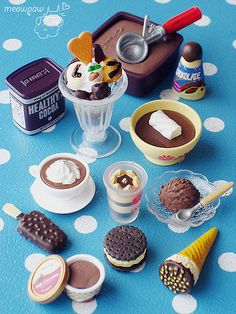 it's cold outside, need hot & cold chocolate :) Barbie Doll Set, Barbie Food, Doll Food, Miniature Crafts, Miniature Food, Miniature Dolls, Tiny Food, Fake Food, Miniatures Barbie