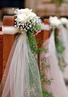 adorno para bancas en la iglesia, pero no me gusta la rosa blanca, me gusta la idea del tul y lo verde que cae, escogeria otra flor