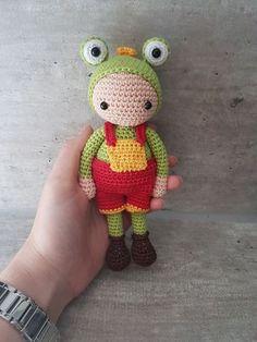 Freddy, o Sapo Crochet Animals, Crochet Toys, Crochet Baby, Free Crochet, Crochet Dolls Free Patterns, Amigurumi Patterns, Amigurumi Doll, Baby Doll Clothes, Pattern Library