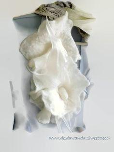 """festliche weiße  Filzbrosche """"Zärtlichkeit II"""" von Filzaccessoires und andere Geschenke auf DaWanda.com"""
