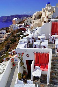 Rojo y blanco y el azul profundo del mar ... Santorini, Grecia.