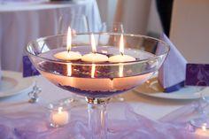 In die #Glasschale werden  bis zur Hälfte lilafarbenen Glitter Nuggets geschichtet, bevor sie mit Wasser aufgefüllt wird. Schwimmkerzen sorgen zu später Stunde für romantisches Licht. meine-hochzeitsdeko.de