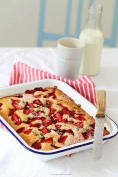 Erdbeer-Buttermilch-Kuchen mit Pistazien
