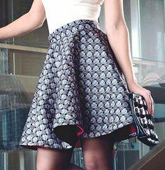 Metaliczna spódniczka jedwabna mini z koła w geome - natfashionroom - Spódniczki mini