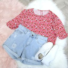 Pink blouse, floral blouse, blouse outfit idea, blouse flatlay, casual outfit inspo, floral top Ripped Shorts Outfit, White Shorts, Denim Shorts, Floral Blouse, Printed Blouse, Floral Tops, Short Outfits, Casual Outfits, Blouse Outfit