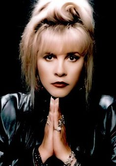 May 1948 ~ Stevie Nicks Singer, songwriter. She signed with Fleetwood Mac in becoming an overnight sensation. She also released solo albums. Lindsey Buckingham, Stephanie Lynn, Stevie Nicks Fleetwood Mac, Stevie Nicks Witch, Look Vintage, Vintage Goth, Opera Singers, Female Singers, Music Artists