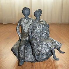Decoratiebeeldoffiguur beeld van een man en een vrouw diesamen aan het genieten zijn. BijzonderKunst beelddat alswoonaccessoirepassend is in bijna elkewoninginrichting.  Een beeld als cadeau voor jezelf of een origineelcadeauom weg te gevenals:Verjaardag-Relatie-Huwelijks-Jubileum-Vriendschap-Afscheid cadeauen ofgeschenk.