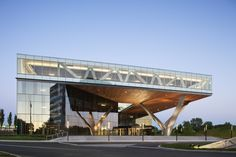 Built by KPF in Woodbridge Township, United States with date 2011. Images by Michael Moran. KPF's design for the renovation of the five-story, 110,000-square-foot (10,000-square-meter) Centra office building g... Cantilever Architecture, Architecture Design, Architecture Office, Contemporary Architecture, Contemporary Office, Chinese Architecture, Design Exterior, Modern Exterior, Commercial Architecture