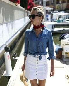 Create cool and confident look year-round with striking white denim. Shop women's white skinny jeans, pants, jackets, and more at 7 For All Mankind. White Skirt Outfits, White Denim Skirt, White Skirts, Fashion Mode, Nyc Fashion, Fashion Fashion, Comment Porter Un Bandana, Outfits Con Camisa, Summer Outfits