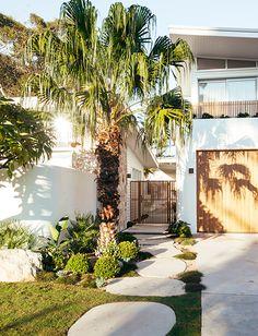 Kyal and Kara | Blue Lagoon Gallery - GlobeWest House Siding, Facade House, House Facades, Modern Exterior, Exterior Design, Small Beach Houses, Backyard Landscaping, Backyard Designs, English House