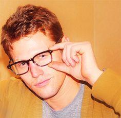 kinda cute in glasses. too bad his character on the vampire diaries doesn't wear them. Vampire Diaries Cast, Vampire Diaries The Originals, Zach Roerig, Ginger Head, Denim Handbags, Bonnie Bennett, Cool Glasses, Daniel Gillies, Delena