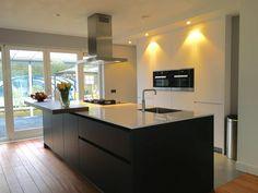 Referentie Wildhagen | Moderne keuken met kookeiland en kastenwand…