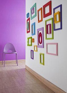 Que tal uma parede com molduras coloridas sem nenhum furo? | 26 formas de revolucionar sua decoração usando prego, cola ou fita