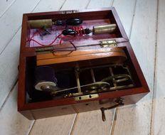 Elektriseermachine, medisch apparaat voor electrotherapie- circa 1900