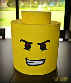 Here is a DIY to learn how to make a Lego costume! Perfect for Carnival or Halloween! Lego Halloween, Halloween Themes, Printable Halloween, Costume Halloween, Lego Man Costumes, Diy Costumes, Diy Lego Costume, Lego Ninjago, Lego Head