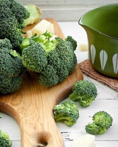 BROCCOLI, good raw or cooked! in stir fry or steamed & covered with cheese sauce! raw on veggie tray & served with ranch or spinach dip! Fresh Vegetables, Fruits And Veggies, Fresco, Whole Food Recipes, Healthy Recipes, Dark Food Photography, Veggie Tray, Fruit And Veg, Food Diary