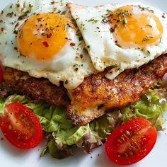 Blumenkohl-Cheese-Burger mit Spiegelei  Blumenkohl reiben...ein Ei, bissl Salz und ne Hand voll Reibekäse dran...dann in der Pfanne kleine Burger braten...Salatblatt drunter, Burger drauf und dann ein Spiegelei obendrauf...fertig.
