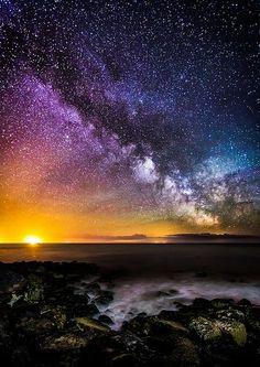 Nascer do sol com noite estrelada