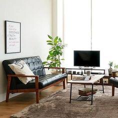 お洒落なソファをメインに、シンプルですっきりとしたコーディネートがされています。 少しシャープな印象のソファも、柔らかいラグや観葉植物と組み合わせれば癒し度が増して、より寛げる雰囲気に。