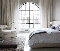 Vackert med gardinerna och fönstret. Att gardinerna täcker upp hela väggen är heeelt perfekt!! Vill ha detta! Superbra idé.