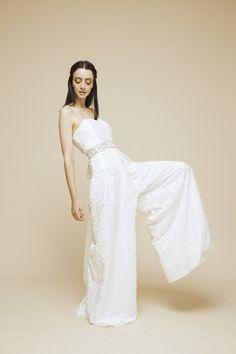 combi mariée très large PANDORE Carrie Bradshaw, Jessica Parker, Glamour, Two Piece Outfit, Jumpsuit Dress, Formal Dresses, Wedding Dresses, One Shoulder Wedding Dress, Marie