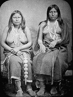 """Los wichita son una tribu india de lengua caddoana, cuyo nombre provenía del choctaw wia-chitoh """"árbol grande"""", pero que se hacían llamar kitikitish """"gente del ojo del oso"""" por la pintura que llevaban en la cara. Más tarde reunieron los restos de otras dos tribus caddo, los tawakoni, nombre que quería decir """"río que tuerce hacia la arena roja de la colina"""", y los waco, nombre que procede de wahiko, deformación de México, ya que a menudo guerreaban con los Coahuiltecos de México."""