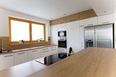 Bílá kuchyně s americkou lednicí | Barbora Grünwaldov á Kitchen Room Design, Living Room Kitchen, Kitchen Interior, Bunk Bed Rooms, Small Apartment Kitchen, Window Benches, Small Apartments, Kitchen Cabinets, House