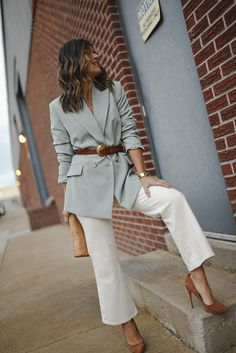 A chic way to style western belts with blazers and wide leg jeans. A look featuring multiple wardrobe must-haves of the season. White Blazer Outfits, Casual Work Outfits, Business Casual Outfits, Mode Outfits, Classy Outfits, Stylish Outfits, Fall Outfits, Blazer And Jeans Outfit Women, Outfit Work