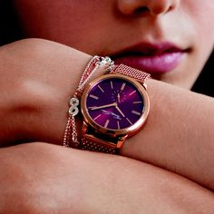 Stylish look - with its gentle mix of colours, the shades of rose and burgundy in this elegant THOMAS SABO ladies' #watch with mesh bracelet harmonise perfectly. Rose gold-coloured indices and hands and the crown embellished with a white zirconia stone create dazzling accents and upgrade any look.