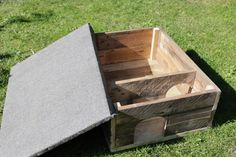 how to make a simple hedgehog house from scrap pallet wood Hedgehog House Plans, Hedgehog Box, Hamsters, Pallet Wood, Wood Pallets, Pallet Projects, Woodworking Projects, Simple Workbench Plans, Pallet Home Decor