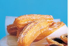 Churros Con Chocolate by Taste. Churros dipped in chocolate is a decadent Spanish treat which can be eaten for breakfast, tea or dessert. Savory Snacks, Healthy Desserts, Dessert Recipes, Easy Churros Recipe, Chocolate Dipping Sauce, Chocolate Recipes, Chocolate Churros, Melted Chocolate, Chocolate Chocolate