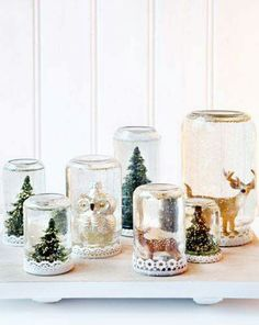 amake a variety of snowglobes of mason jars yourself and present them to the guests Christmas On A Budget, Noel Christmas, Diy Snow Globe, Snow Globes, Christmas Wedding Favors, Christmas Crafts, Christmas Ornaments, Diy Weihnachten, Mason Jar Crafts