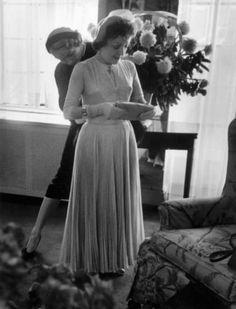 Марлен Дитрих и Эдит Пиаф на свадьбе Эдит с Жаком Пилсом в 1952 году. Марлен Дитрих была подружкой невесты