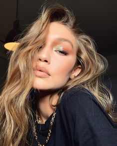 The Party Mistake We're All Making, According to Gigi's Makeup Artist - Patrick Ta Party Makeup: Gigi Hadid wearing glitter eye shadow Das schönste Bild für make up easy - Red Lip Makeup, Hair Makeup, Dewy Skin Makeup, Flawless Face Makeup, Kylie Makeup, Glow Makeup, Makeup Trends, Makeup Ideas, Makeup Tutorials