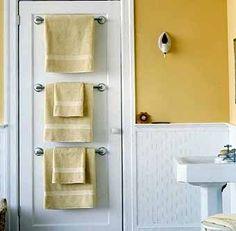 место для полотенец на двери ванной
