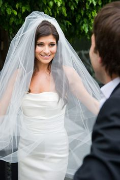 Can't get enough of this long, flowing veil. Major wow factor  Photography by http://studioimpressions.com.au