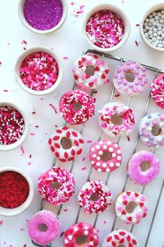 Valentine's Day- Add a pop of color to your Galentine's Day party dessert table with pink icing + sprinkles. Mini Donuts, Baked Donuts, Doughnut, Diy Love, Brunch, Valentines Day Treats, Valentine Desserts, Valentine Party, Pink Parties
