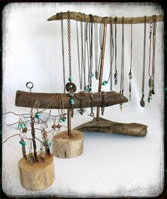 Driftwood makes great jewelry displays. From Riciclo Creativo.