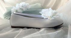 #Zapatos especiales: manoletinas de piel blancas adornadas con clips de #flores. . .   #shoes