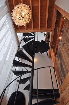 螺旋階段のある吹き抜け空間。右に見える古材は、キッチン後ろの収納の背面に使われているもの。