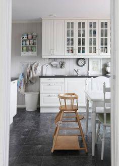 KLASSSK: Kjøkkeninnredningen Lidingø fra Ikea har et nostalgisk preg. Servise og kjøkkenhåndklær fra Greengate.