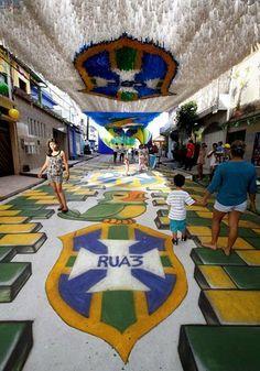 Varias personas caminan por una calle decorada con motivo del Mundial de Fútbol Brasil 2014 cerca de la calle Alvorada cerca del estadio Amazonia en Manaos (Brasil). FOTO LPG/EFE