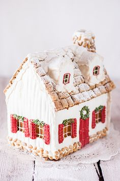 Simple red and white gingerbread house Gingerbread House Ideas - Gingerbread Decorating Ideas - Cookie Decorating Ideas - Holiday Season - Christmas Cookies Gingerbread House Designs, Gingerbread House Parties, Christmas Gingerbread House, Noel Christmas, Merry Little Christmas, Christmas Goodies, Christmas Baking, Christmas Treats, All Things Christmas