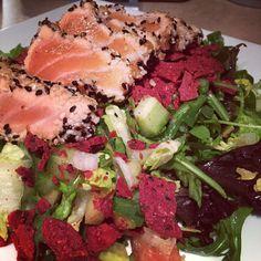 Petite salade du jeudi soir gracieuseté de la soeur! #saumon #salad #yummy #tataki by ame_lau.zon