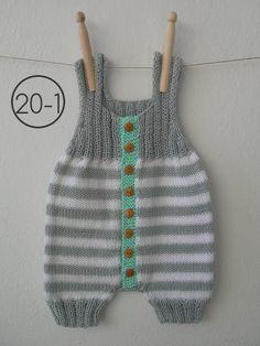 Mono de rayas combinando punto jersey y punto de elástico doble. La base en gris y el remate de los botones de madera, siempre en aguamarina.