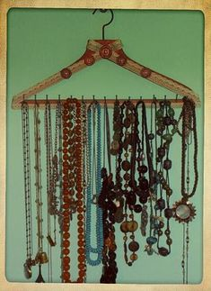 bridal jewelry tips Home Crafts, Diy Home Decor, Diy And Crafts, Jewellery Box Making, Jewellery Display, Necklace Hanger, Diy Jewelry Holder, Cardboard Art, Jewelry Boards